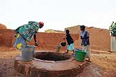 Drawing a bucket of water, a role often reserved to women and young girls. Village of Illela, (Tahoua area) Niger.