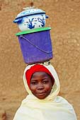 Young girl going to work in the fields. Village of Illela, (Tahoua area) Niger.
