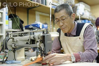 729f6af70 Trabajador en un taller de confección de carteras de cuero. Kyoto,  Japón.Galería de Fotos de la OIT / Departamento de Comunicación