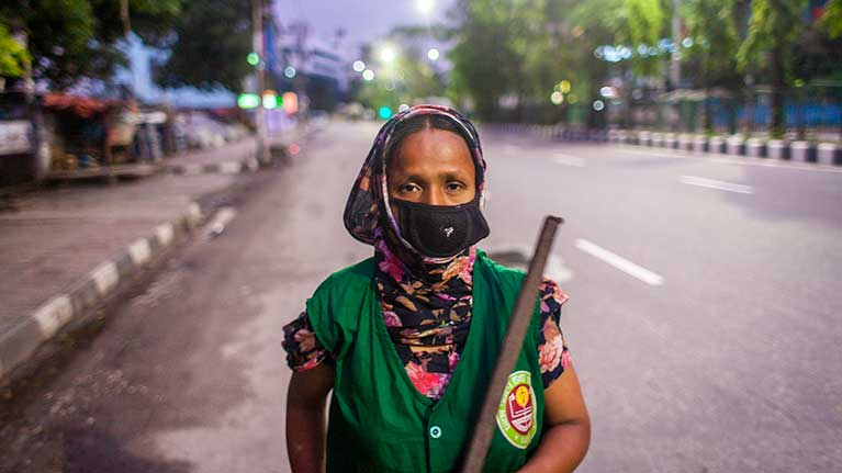 วิกฤต COVID-19 ผู้หญิงได้รับผลกระทบในตลาดแรงงานมากกว่าผู้ชาย เมื่อพิจารณาในระดับโลกอัตราสูญเสียการจ้างงานของผู้หญิงอยู่ที่ร้อยละ 5 และของผู้ชายคือร้อยละ 3.9
